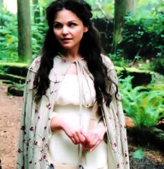 once upon a time snow white costume   Has anyone found (or tried to find) the fabric for Snow's cape ? http ...