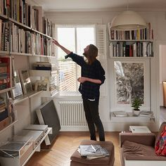 Stephen Mann at home with his Vitsoe 606 Universal Shelving System, 620 Chair Programme and 621 Side Table on Freunde von Freunden Home Library Design, House Design, Spite House, Flat Interior, Living Room Shelves, Home Libraries, Interior Decorating, Interior Design, Fashion Room