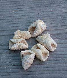 Nagy méretű fehérített lali száraz termés. A 4-5 cm-es terméseket nagyon könnyű a koszorúalapra ragasztani.