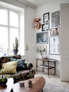 floral couch, leaf table, wall art   #home Visite d'un appartement suédois   elephant in the room