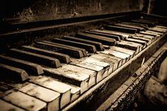 Bij ons in de woonkamer staat een hele oude piano, het is een erfstuk uit de familie van mijn man. Toen we net in Breda woonde, hebben we hem in de woonkamer een mooi plaatsje gegeven. Hij was jare...