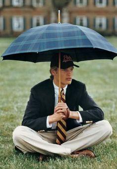 Love his tartan umbrella! Teddy Boys, College Looks, Ivy League Style, Preppy Mens Fashion, Men Fashion, Preppy Style Men, School Fashion, Fashion Photo, Fashion Brands