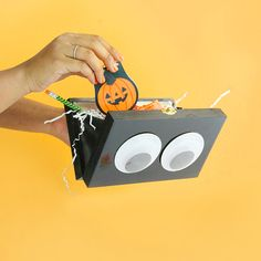 Show some spooky spirit on Halloween with this fun googly eyed clutch.