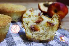 I muffin acqua e pesche sono una ricetta facile e veloce senza burro nè uova che potrete preparare in pochi minuti, sono golosi e leggeri.