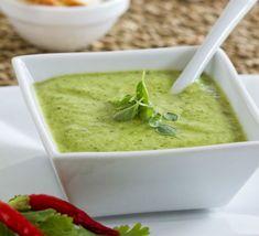 Disfruta de la ensalada más deliciosa y fácil de preparar con queso de cabra y un cremoso aderezo de cilantro, ¡te encantará!