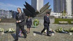 """Rotterdam...4 mei Dodenherdenking...Kranslegging bij het Nationaal Koopvaardijmonument """"de Boeg"""" op het Leuvehoofd.Ter herdenking van de 3500 slachtoffers die in de Tweede Wereldoorlog op de Nederlandse Koopvaardijschepen vielen...........L.Loe"""