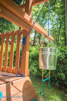Simple DIY Pulleys for kids can be so much fun! Use this tutorial to DIY a bucket and a pulley for a treehouse. #diypulley #treehouseaccessories #kidsDIY