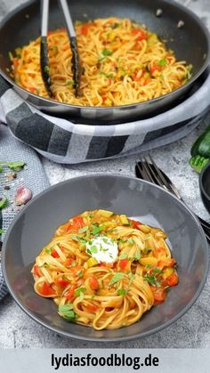 Linguini mit Paprika und Zucchini aus einem Topf, Rezept A pot, a dish and, I think, a poem! What could be better than a quick and tasty one pot pasta with peppers and zucchini? Easy Dinner Recipes, Pasta Recipes, New Recipes, Vegetarian Recipes, Easy Meals, Healthy Recipes, Creme Fraiche, Zucchini, Pepper Pasta