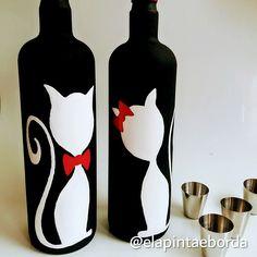 "Reciclando… ""Vidromanìaca"" Adoro vidro e não jogo nenhum fora, estas garrafa… Recycling … ""Vidromanìaca"" I love glass and I don't throw any away, these bottles were from Christmas last year and turned into a couple of kittens, how cute! Beer Bottle Crafts, Wine Bottle Art, Plastic Bottle Crafts, Painted Wine Bottles, Diy Bottle, Bottles And Jars, Glass Bottles, Diy Arts And Crafts, Jar Crafts"