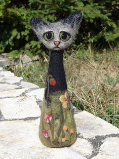 Needle Felted Cat – miniature black cat figure – merino wool – wool felt c… Wool Needle Felting, Needle Felting Tutorials, Needle Felted Animals, Wet Felting, Felt Animals, 3d Figures, Felt Pictures, Felt Cat, Cat Crafts