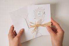 Svadba vo vintage štýle? Vytvorte autentickú atmosféru svadobným oznámením, ktoré je vytlačené na netradičnom papieri Mohawk Linen 270g, ktorý v sebe skrýva jemnú štruktúru. Lyková stužka, uviazaná okolo pozvánky, dotvára celý príbeh.