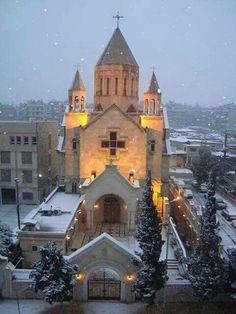 Iglesia Virgen María. Alepo Alepo es la mayor ciudad de Siria, capital de la provincia homónima. Cuenta con una población de unos 2 132 100 habitantes, lo que la convierte en la ciudad más poblada del país, dejando en segundo lugar a Damasco, su capital