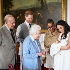 Prince Harry and Meghan Markle introduce Master Archie Harrison Mountbatten-Windsor to Queen Elizabeth, Prince Philip, and Doria Ragland at Windsor Castle Prince Charles Et Camilla, Prince Harry Et Meghan, Harry And Meghan, Meghan Markle Prince Harry, Princess Meghan, Princess Beatrice, Elizabeth Ii, Principe Henry, Rei George