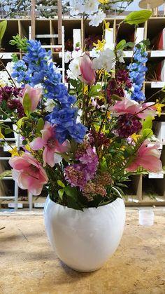 Bloemen decoratie van prachtige kleurrijke kunstbloemen in een witte pot,. onderhoudsvriendelijk. www.decoratietakken.nl