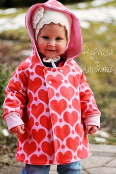 """Sweet Heart-Wintersweat von #ASTROKATZE / Nähbeispiel von """"Kischi's Welt"""" / #sweetheart #herzen #herzchen #hearts #herzchenstoff #stoffdesign #textildesign #organiccotton #rot #rosa #red #pink #diy #sewing Stoff Design, Girls Wear, Retro, Hearts, Pink, How To Wear, Textile Design, Fabrics, World"""