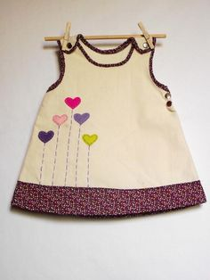 Applique pinafore dress nähen - kleidung baby dress, kids outfits y baby gi Little Dresses, Little Girl Dresses, Girls Dresses, Dress Patterns Girls, Baby Dress Design, Cooler Look, Toddler Dress, Baby Sewing, Kids Wear