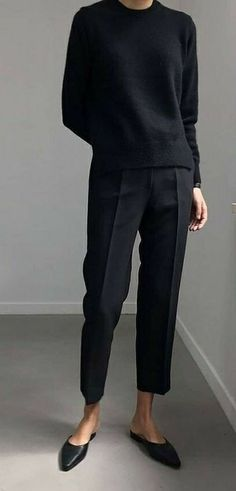 Le Fashion black crewneck, black trousers, black ballet flats, all black outfit Looks Street Style, Looks Style, My Style, Simple Street Style, Minimalist Street Style, Simple Style, Minimal Fashion, Work Fashion, Minimal Chic