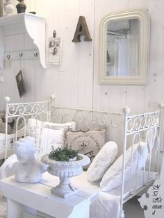 Scrowley iron bed painted white white ruffle sheets and Shabby Chic Style, Casas Shabby Chic, Shabby Chic Kitchen, Shabby Chic Homes, Shabby Chic Decor, Chabby Chic, Le Living, White Rooms, Shabby Vintage