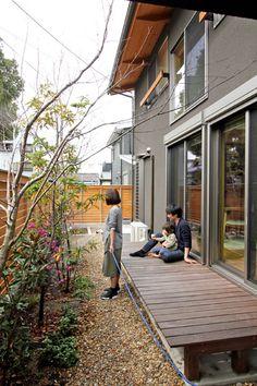 ウッドデッキと植栽。鳥や虫が庭に遊びに来ます Japan Modern House, Tiny Little Houses, Zen House, Side Garden, Japanese Interior, House Landscape, Small House Design, Japanese House, New Home Designs