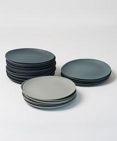 Vor dem Giessen wird das Porzellan mit Farbkörpern eingefärbt. Die Teller sind unglasiert und behalten so ihre matte und raue Oberfläche. Sie werden von Golden Biscotti in einem grauen Farbverlauf an je drei Tellern hergestellt. Erhältlich sind sie als Set oder einzeln. Lieferfrist ca. 4 - 6 WochenDurchmesser: 19 cm Höhe: 1 cm Material: Porzellan / FarbkörperColour is incorporated into the porcelain before moulding. The plates are unglazed and thus retain their matte, ...
