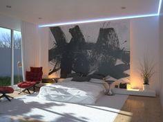 schlafzimmer einrichten beispiele weißer teppich roter relaxsessel akzentwand