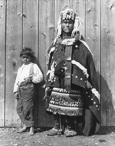 Unknown boy, Wii-l'itsxw of the Wolf Clan at Kitwancool village, British Columbia - Gitxsan - 1910 — mit Thomas Tucker.