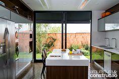 Com traços limpos, esta residência flerta com o estilo minimalista. Seu maior feito? Equilibrar volumes marcantes e ambientes propícios ao lazer