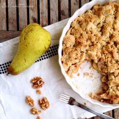 Apfel Birnen Crumble mit karamellisierten Walnüssen, ein herbstlicher Allrounder mit dem Knusperkick. | berlinmittemom.com