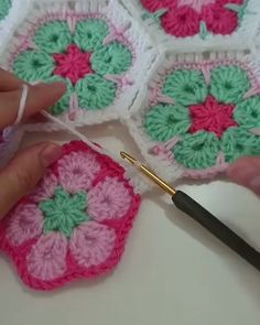 Circle to Square Granny Square Tutorial. A different take on the classic Granny Square, learn to crochet the circle to square granny square! Crochet Motifs, Granny Square Crochet Pattern, Crochet Flower Patterns, Crochet Squares, Crochet Flowers, Knitting Patterns, Flower Granny Square, Crochet Sunflower, Free Knitting