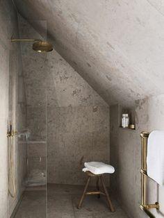douche sous pente avec robinet en or