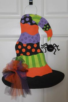 Rio posted Witches Hat Burlap Door Hanger to their -halloween time! Theme Halloween, Holidays Halloween, Halloween Crafts, Happy Halloween, Halloween Wreaths, Manualidades Halloween, Adornos Halloween, Halloween Disfraces, Fall Crafts