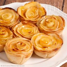 Mini tartaletas de manzanaPara la base: una lámina de masa brisa o masa quebrada un huevo batido Para el relleno: 165 g de leche la piel de 1 limón 1 palito de canela (en rama) 15 g de harina 35 g de azúcar 1 yema 15 g de mantequilla Para las rosas de manzana: 2 manzanas Reinetas o Granny Smith el zumo de 1 limón 30 g de mantequilla 50 g de azúcar mermelada de melocotón
