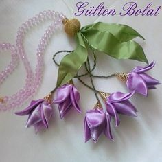 . Satin Ribbon Flowers, Cloth Flowers, Ribbon Art, Diy Ribbon, Fabric Ribbon, Ribbon Crafts, Flower Crafts, Bead Crafts, Fabric Flowers