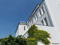 Weißes saniertes Fabrikgebäude mit begrünter Fassade in der Sudbrackstraße in Bielefeld in Ostwestfalen-Lippe