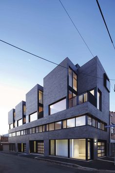 Responding to the site in a bold architectural manner, the design of these four new modern townhouses in Melbourne's inner.... UPVISUALLY.COM
