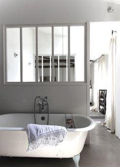 Les verrières sont une alternative pour cloisonner l'espace sans l'alourdir d'un mur, conventionnel.Les pièces sont délimitées en transparence par ces puits de lumière naturelle. De plus, les...