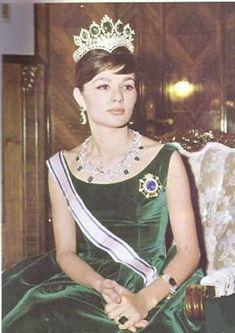 Farah Diba con un aderezo de esmeraldas. Cuando el Shah fue al exilio en enero de 1979, la tiara como las otras joyas de la corona se mantuvo en Irán. Ahora están expuestos en el Banco Central de Irán en Teherán