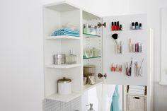 Mehr Stauram im Badezimmer Schrank mit diesem genialen Hack! Bringe Ordnung in dein Bad und verstaue alle deine Beauty Artikel wie Nagellack, Make-up, Pinsel, Rasierer und Co.