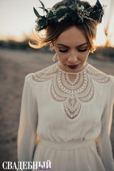 Если вы решили планировать свою свадьбу в более прохладные месяцы, то сделайте предпочтение в пользу более смелого макияжа. Яркая помада определенно подходит для осенней церемонии.
