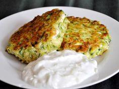 Котлеты из кабачков цуккини, поданные под легким греческим соусом дзадзики, отличное летнее постное блюдо для обеда или ужина
