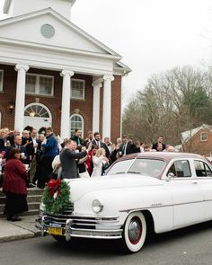 Bride's Cars : Picture Description After leaving the church surrounded by the sounds of jingle bells, the couple hopped into a vintage car. Planning and Christmas Wedding Dresses, Christmas Wedding Centerpieces, Christmas Wedding Cakes, Wedding Wreaths, Magical Christmas, Christmas Themes, Winter Bouquet, Wedding Car, Wedding Shoes