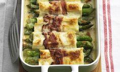 Spargel-Cannelloni: Lasagneblätter in siedendem Salzwasser 4-5 Minuten vorkochen, herausnehmen, kalt abschrecken. Auf einem Küchentuch auslegen. Spargeln im ...
