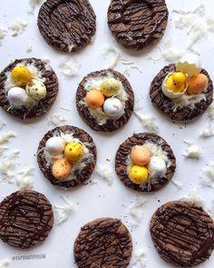Havalar ısınmış, Nisan ayını ortalamışsak bahar kurabiyesi serilsin şuracıklara🌼 Bakarken her zaman içime mutluluk dolan kuş yuvalarını yine yenilebilir hale getirdim💐🌿 Kakaolu iki kat kurabiyenin üzerine eritilmiş çikolata, ortasına tiftiklenmiş pişmaniye, üzerine de yumurta çikolatalar..🥚🍫 • • • • • #yapdabiyiyelim #lezzet101 #lezzetrium #yemekrium #mukemmellezzetler #mucizetatlar #enguzel_sunumlar #hayatimmutfak #mavipembesunum #mutlulukyakalanır #yemekgram #paylasimlariniz…