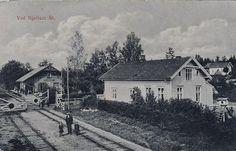 Hjellum stasjon, Hamar kommune. Tidligere Vang kommune. Rørosbanen. Hedmark fylke. Mann og to barn på skinnegangen. Tidlig 1900-tallet.