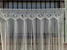 ... cortina es de hilo de algodon de / 6 / mm, la tecnica es el macrame