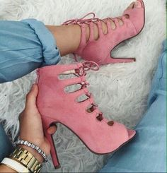 Find More at => http://feedproxy.google.com/~r/amazingoutfits/~3/GhhLyva4CLU/AmazingOutfits.page Autumn Winter Fashion, Fall Winter, Leg Warmers, Street Wear, Streetwear Shoes, Runway, Design, Leather, Sneakers