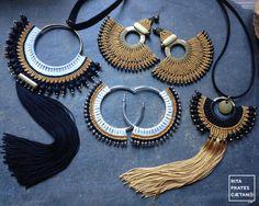 Pendientes de declaración a mano Micro Macrame en seda dorada Macrame Earrings, Macrame Jewelry, Fabric Jewelry, Bead Earrings, Macrame Knots, Crochet Jewelry Patterns, Beaded Jewelry Designs, Macrame Patterns, Handmade Jewelry