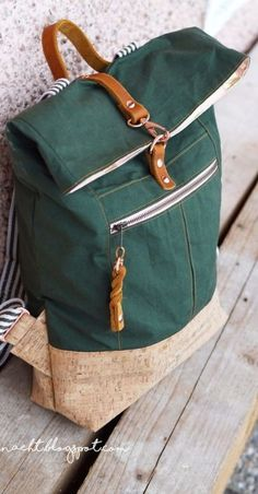 Gewachste Baumwolle - Fox Oilskin - Dry Oilskin light Tannengrün Dry Oilskin backpack by Mimi sews from Fox Oilskin Light by Homemade Backpack, Diy Backpack, Sewing Leather, Leather Bag, Diy Mode, Fabric Bags, Party Bags, Purses And Bags, Backpacks