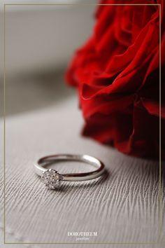 Romantik pur! Dieser zauberhafte Ring ist das perfekte Geschenk für den Valentinstag: Strahlendes Weißgold ergänzt von funkelnden Diamanten macht diesen Ring zu einem absoluten Showstopper!