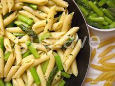 Penne au beurre d'ail, aux asperges vertes et au parmesan